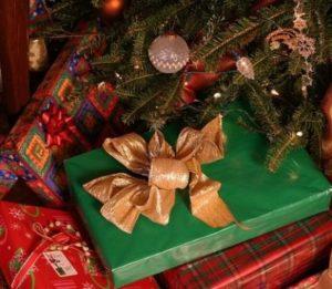 クリスマスプレゼントをツリーの下に置く